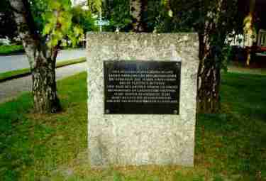 La plaque commémorative, devant l'église