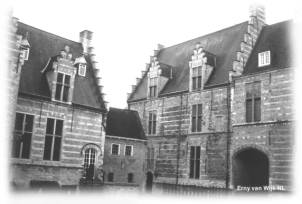 """Une des cours de """"Markiezenhof"""" hôpital militaire pendant la bataille"""