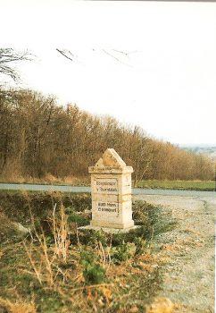 •Champ de bataille d'Iéna. A Closewitz, en direction de Lützeroda, Fährstrasse, en bordure de la route, stèle marquant l'emplacement du IVe corps d'armée de Tauentzien, le 14 octobre 1806, à six heures du matin