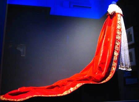 robe portée par Claudine Elisabeth Saussac, épouse du Conseiller d'État Bérenger, présentée au public du musée Jacquemart-André, par la Fondation Napoléon (septembre 2004 - avril 2005)